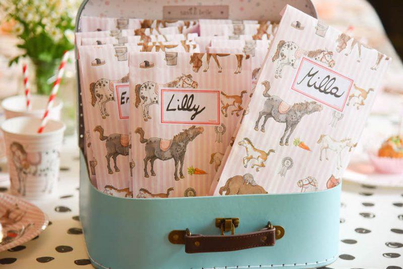 Geschenktüten von krima und isa für eine Ponyparty / Pferdeparty zum Kindergeburtstag copyright Spielpferd.de