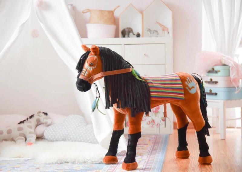 Spielpferd.de Happy People Pferd Indianerpferd Plueschpferd zum Reiten