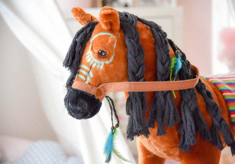 Happy People Pferd aus Pluesch Indianerpferd Plueschpferd zum Reiten Maehne flechten Spielpferd.de
