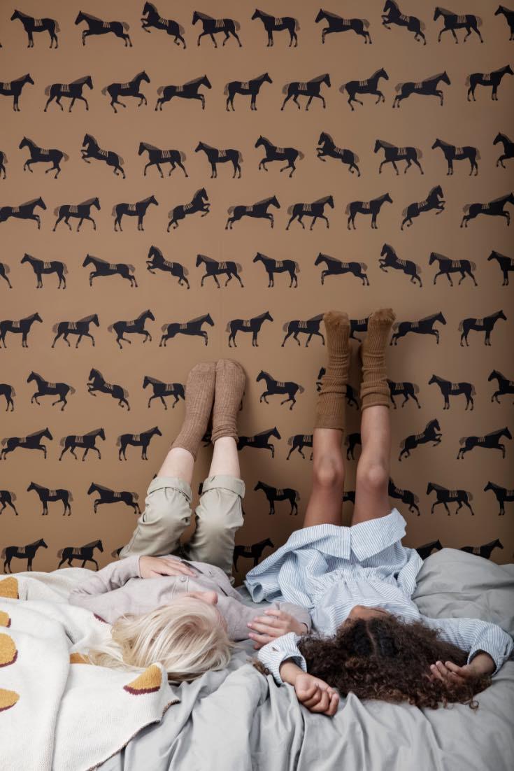Pferde Kinderzimmer Tapete von Ferm Living für Mädchen und Jungen, Kinderzimmer Ideen und Deko für Pferdefreunde und Pferdefans, Kinder, die Pferde lieben