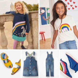 Bezaubernde Regenbogen Kindermode von Mini Boden: Kleid, T-Shirt, Latzhose und Schuhe mit Regenbogen-Motiv für Kinder.
