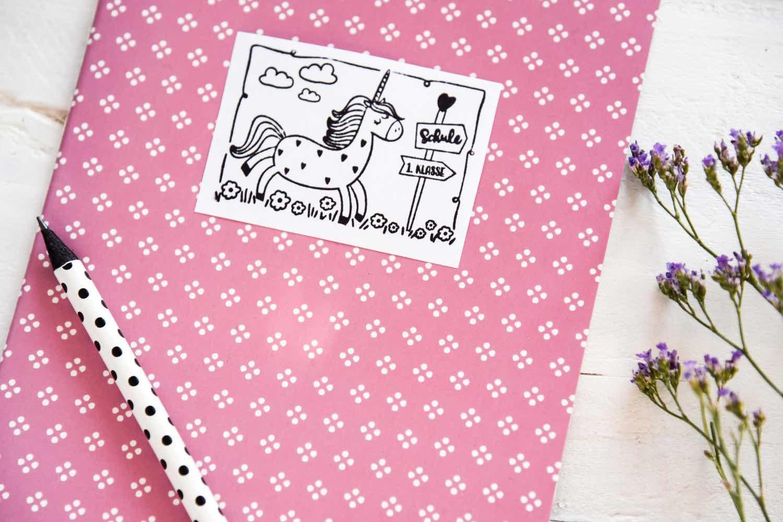 Etiketten für ein Notizheft selbst gestalten. Zur Einschulung ein schönes Geschenk für den Schulstart. DIY Geschenkidee für kleine Einhorn-Fans.