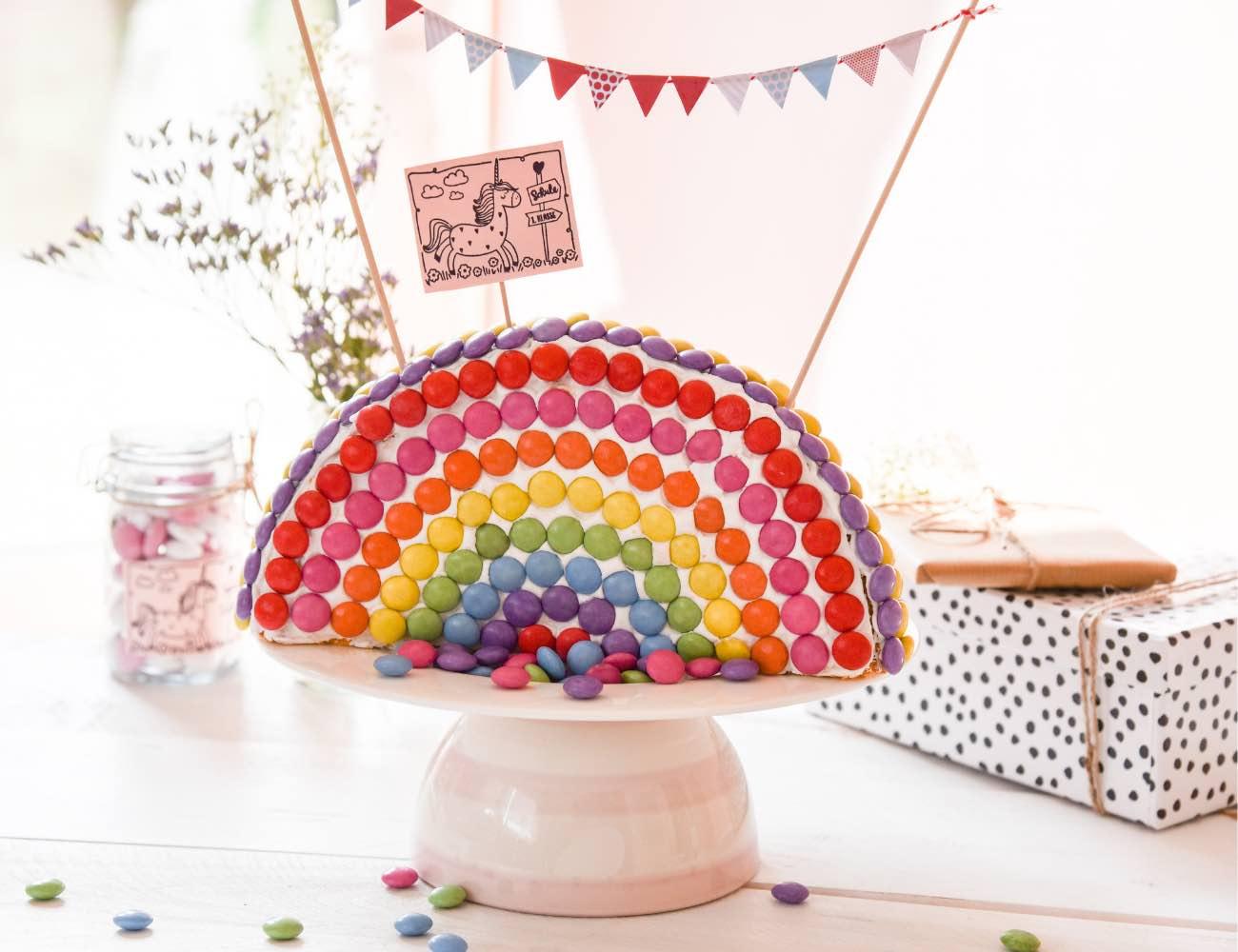 Regenbogen Kuchen zur Einschulung mit Kuchen Topper. DIY Einhorn Kuchenstecker / Cake Topper für den Regenbogenkuchen zur Einschulung.