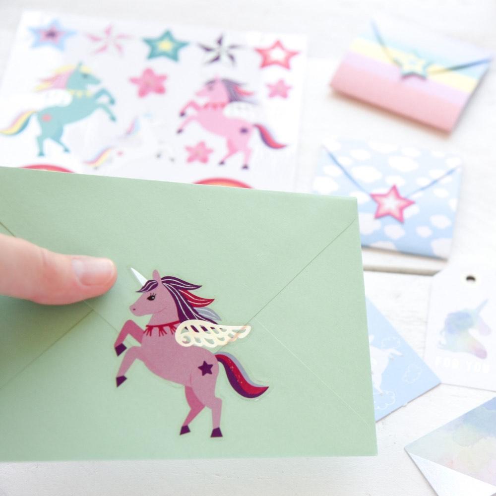 Geschenkverpackungsset für Kinder: Einhorn-Sticker, Regenbogen-Etikett, Geschenkanhänger. Geschenke schön verpacken.