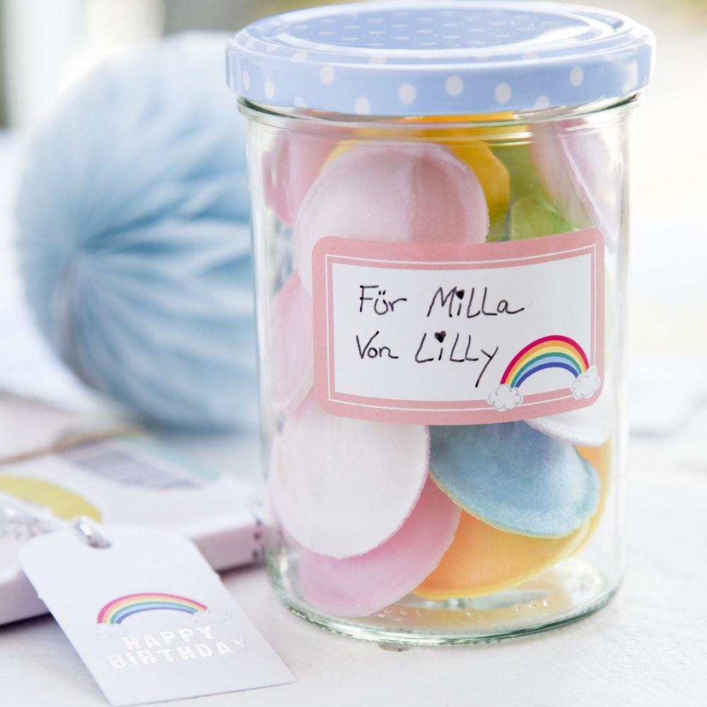 Geschenk im Glas mit Aufkleber aus dem schönen Geschenkverpackungsset von Rayher. Regenbogen-Etikett zum Aufkleben.