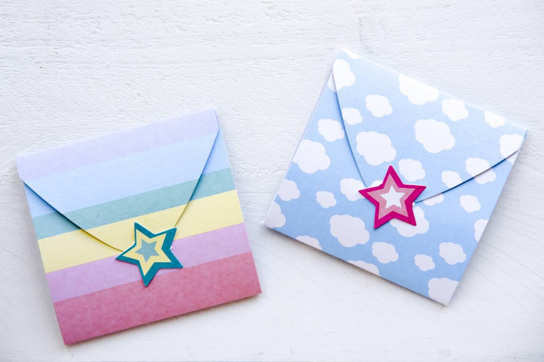 Geschenk schön verpacken mit einem kleinen Kuvert aus Pappe. Tolles Geschenk-Verpackungsset für Kinder.